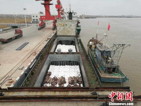 一船舶伪造中国籍船名走私白砂糖750余吨被查获