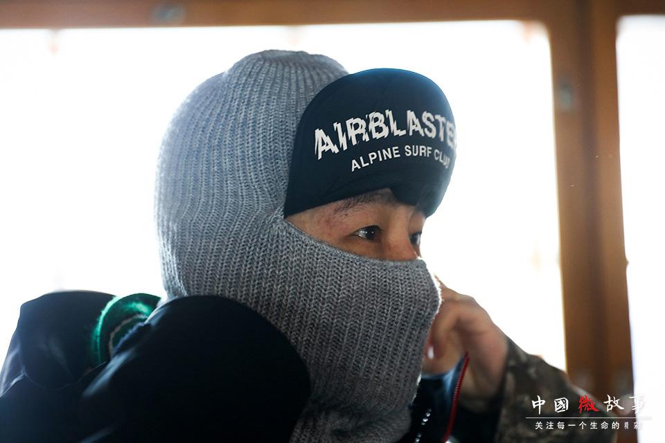 子云依次装备上头套、头盔、护目镜。雪场天气寒冷,紫外线照射强烈,这些防护措施必不可少。