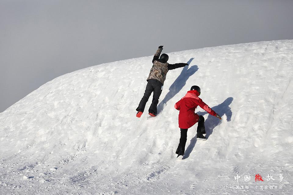 子云和豆豆兴奋的扑向雪丘。无论来过多少次,每次见到雪他俩还是会很兴奋。