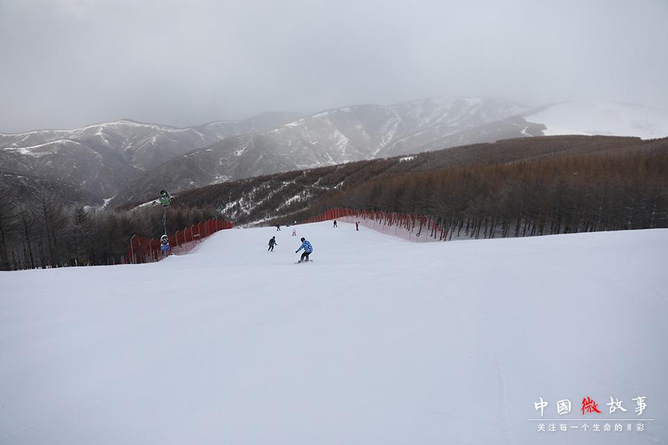 """冬季的雪场熙熙攘攘,来自全国各地的滑雪爱好者相聚于此。冰雪运动的迅猛发展,吸引了更多像子云和豆豆这样的年轻人,接触到冰雪运动,爱上了冰雪运动。 """"以前能一起去滑雪的朋友少,申冬奥成功以后这几年,可能是因为宣传的多了,周围朋友去的也越来越多了。以前大家一起聚会,就是吃吃喝喝,现在一到冬天雪季大家就约着去滑雪,身体健康心胸宽阔嘛,感觉比一直窝在城市里开心多了。""""子云说。"""