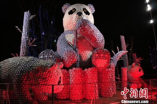 """成都用上万个青霉素瓶打造""""豪华""""水晶大熊猫灯组"""