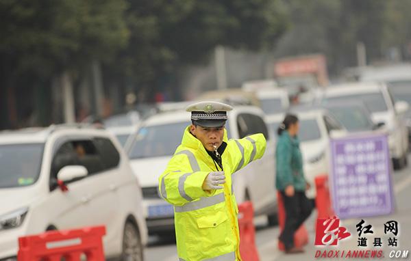 道县交警每天连续奋战11个小时 在岗位上的吃午餐(组图)