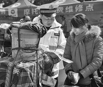 """交警邓国强:""""我们就是赶路人的依靠"""""""