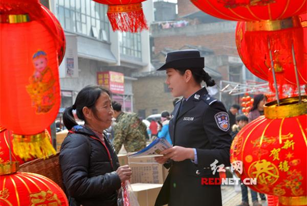 湖南江永公安民警上街宣传防范知识