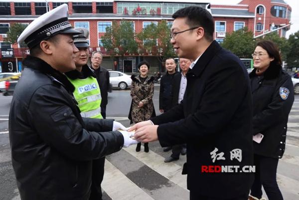 永州经开区党委班子走访慰问基层民警、执勤交警、消防官兵