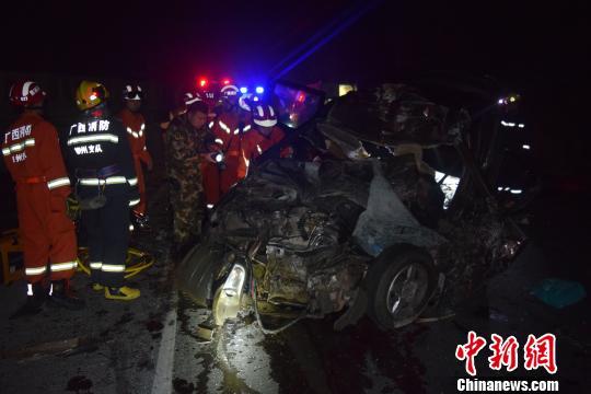广西柳州一面包车与大货车碰撞致5死5伤(图)