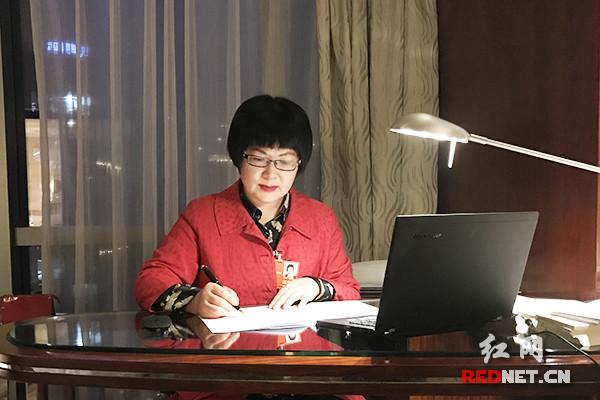 委员傅莉娟:爱无歧视,建议打造服刑人员未成年子女帮扶体系