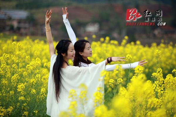 道县:油菜花花海中秀瑜伽