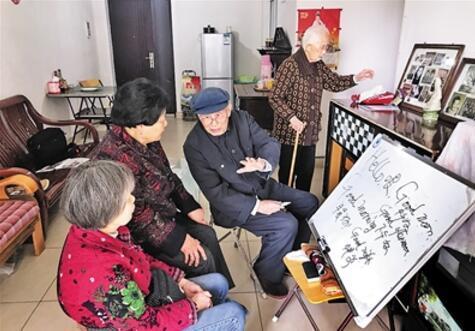 102岁老人仍痴爱学习儿子:与书相伴是长寿秘密