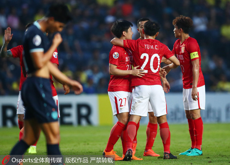 郑龙与队友庆祝进球