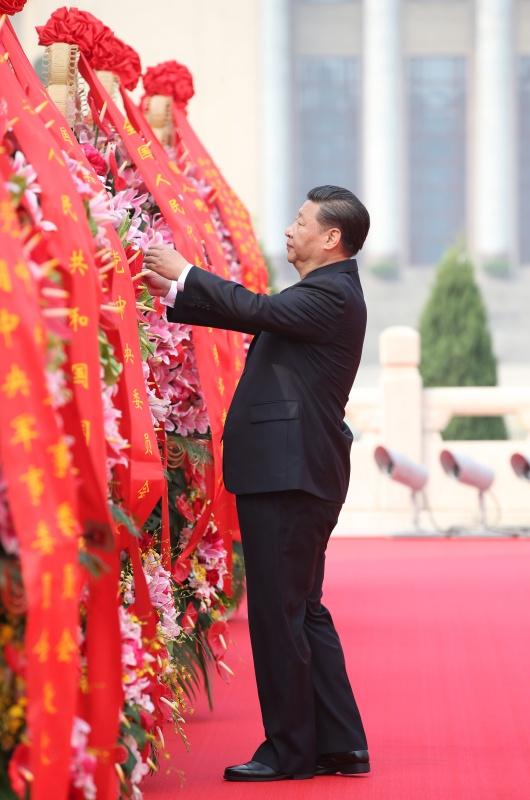 9月30日上午,党和国家领导人习近平、李克强、张德江、俞正声、刘云山、王岐山、张高丽等来到北京天安门广场,出席烈士纪念日向人民英雄敬献花篮仪式。这是习近平整理花篮上的缎带。新华社记者 姚大伟 摄.jpg