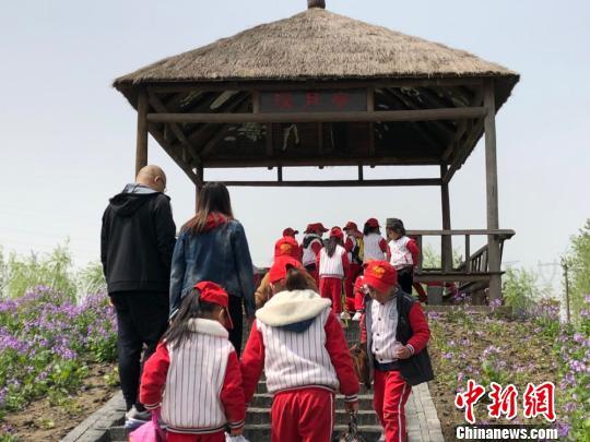 孩子们来到曹文轩著名作品《草房子》的场景原型里。顾名筛摄