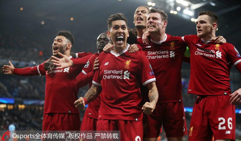 菲尔米诺与队友庆祝进球
