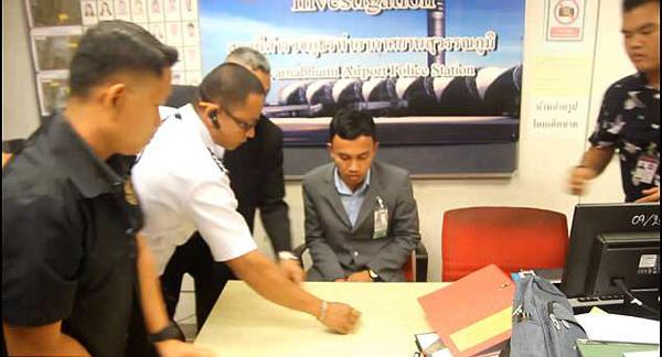 泰机场再爆监守自盗 安检员偷游客钱被抓拍