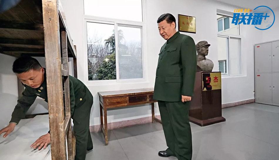 """12月13日,中共中央总书记、国家主席、中央军委主席习近平到陆军第71集团军视察。这是""""王杰班""""现任班长王大毛向习近平演示每天为老班长王杰整理床铺的情景。"""