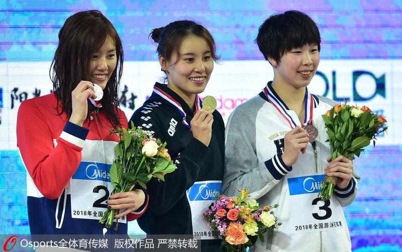 傅园慧、刘湘在颁奖台