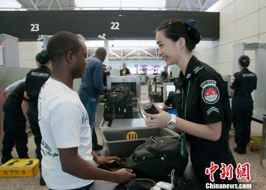 广州白云机场迎来广交会客流小高峰