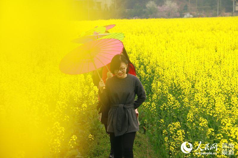 在泉湖镇赏花的游客(中共衡南县委宣传部供图)