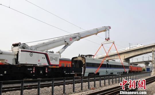 国内首台高铁专用起重机接受运用考核