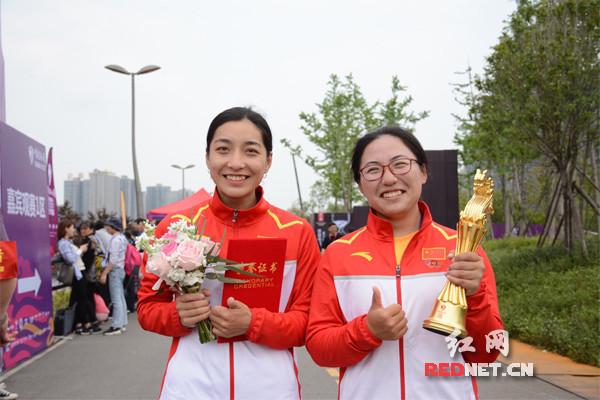 上海海洋大学龙舟队获得此次青少年女子100米比赛的冠军,两位姑