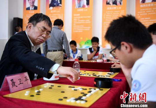 5月3日,中国围棋协会副主席聂卫平与学生对弈。韩苏原 摄