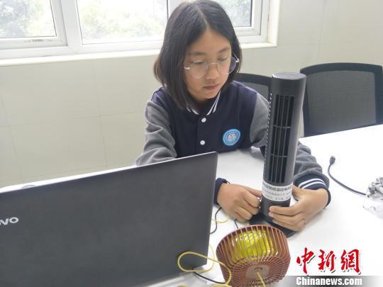 发明人李雨轩展示作品——空气净化型智能温控风扇。刘曼 摄
