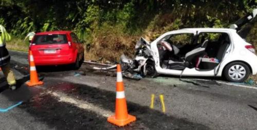 事故现场:红色福特轿车为逆向肇事车辆,小Q所乘的为右侧白色丰田轿车。
