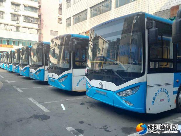 等待调试的新能源公交车