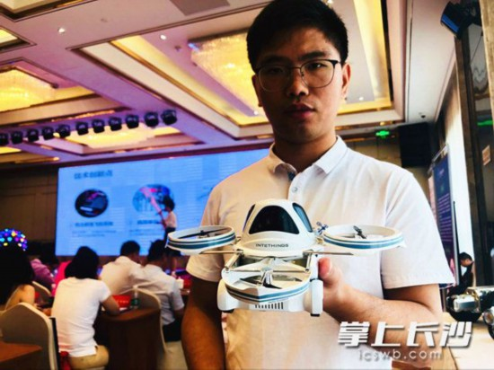 科技活动周上,技术人员在展示分离式飞行汽车的模型。