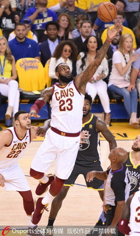 詹姆斯争抢篮板