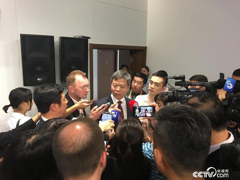 国家和地区安全问题是媒体关注的热点,发布会后记者继续就关心的问题向廖进荣提问。(徐辉/摄)