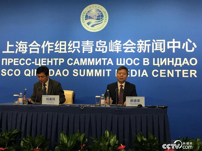 6月8日,中国公安部国际合作局局长廖进荣向中外媒体介绍上合组织近些年在国家和地区安全方面取得的成果。(徐辉/摄)