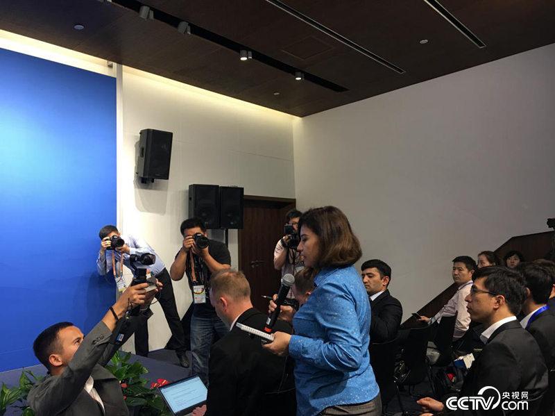 外国记者在新闻发布会上提问(徐辉/摄)