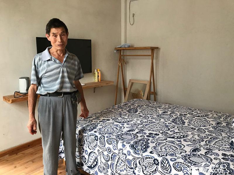 新房中的一间装修成民宿客房,如有来客,陈泽申也有收入。(孔华/摄)