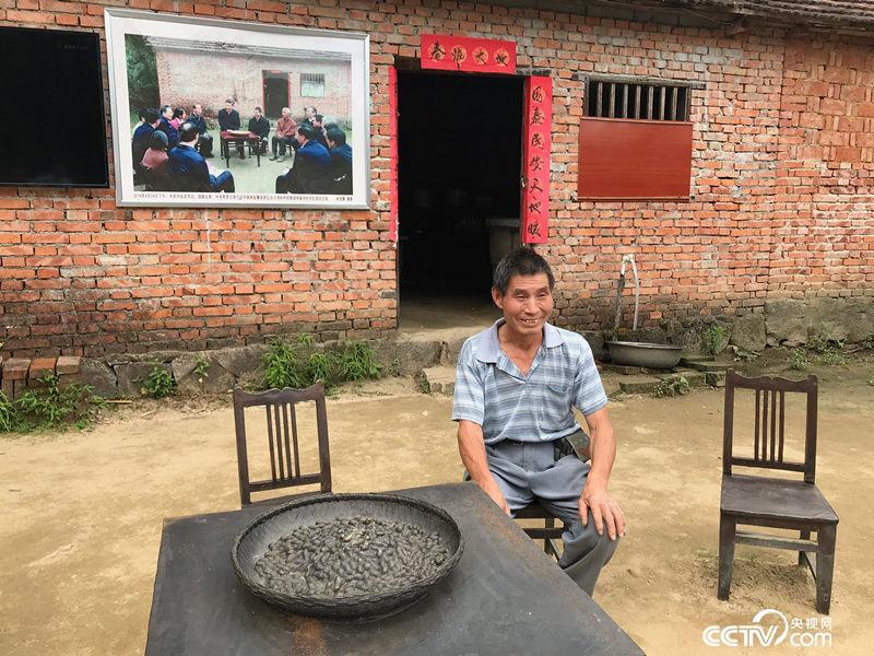 2016年4月24日,习近平总书记在陈泽申家的泥地小院里跟村民们亲切座谈。两年不到,当年还是贫困户的陈泽申家去年已脱贫。(孔华/摄)