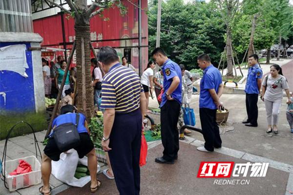 永州经开区城管分局集中整治季节性流动水果摊贩