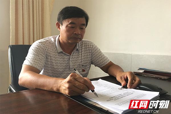 刘乾坤在为北胜村致富做规划方案。.jpg