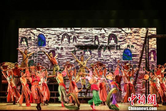 """有着""""可移动的敦煌""""""""中国版《罗密欧与朱丽叶》""""之称的舞剧《大梦敦煌》由兰州歌舞剧院创作演出,该剧以古代敦煌为时空背景,讲述青年画师莫高和少女月牙的动人爱情故事。兰州演艺集团供图 摄"""