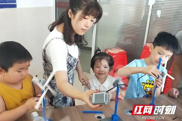 """机器人培训课进社区 青少年组团制作电能""""小风车"""""""