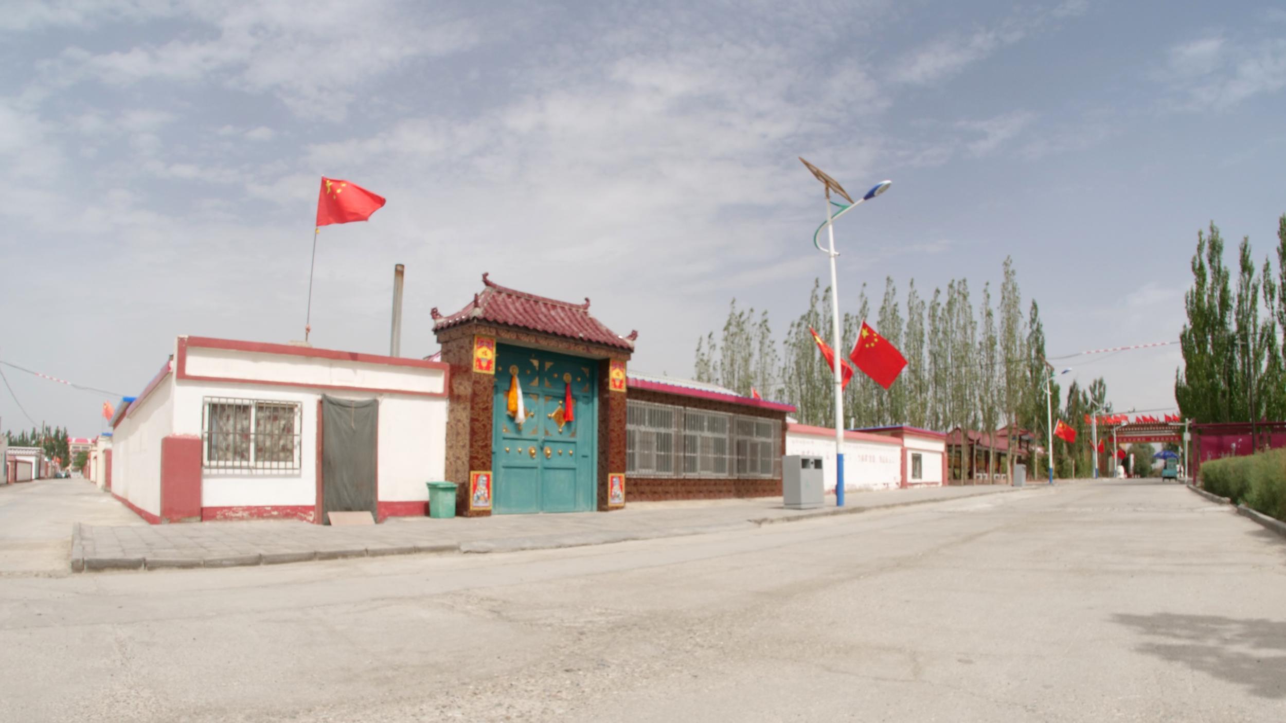 格尔木长江源村:藏民幸福生活比蜜甜