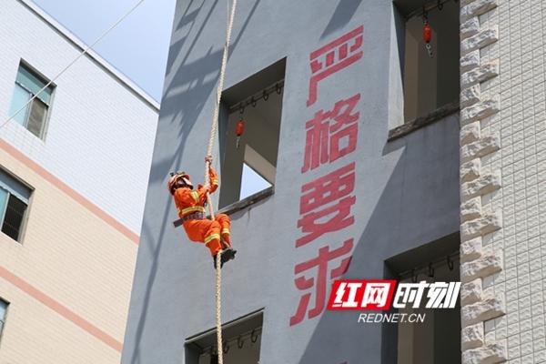 新田县公安局领导班子走访慰问消防、武警官兵