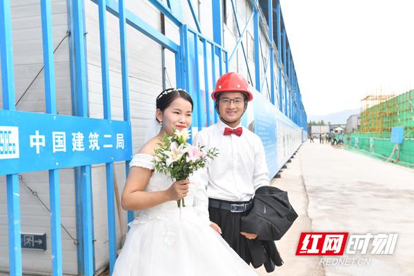 建筑工地拍婚纱照 长沙数对农民工夫妻迎浪漫七夕