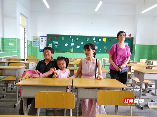 今天,一群活泼可爱的新生萌娃,在长沙砂子塘万科魅力之城小学内欢快地