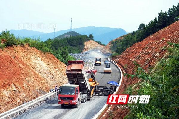 江华:S356涔沱一级公路路基全线铺通
