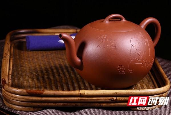 紫砂壶制作人眭龙俊的作品被诸多国内外名人收藏。   紫砂壶制作人眭龙俊告诉记者,紫砂壶是中国特有的手工制造陶土工艺品,其制作始于明朝正德年间,制作原料为紫砂泥。紫砂壶在拍卖市场行情看涨,是具有收藏价值的古董,名家大师的作品往往一壶难求,正所谓人间珠宝何足取,宜兴紫砂最要得。   眭龙俊表示,正因为实现了艺术性和实用性的完美结合,紫砂壶才这样珍贵。再加上紫砂壶泡茶的好处和茶禅一味的文化,更加增加了紫砂壶高贵不俗的雅韵。