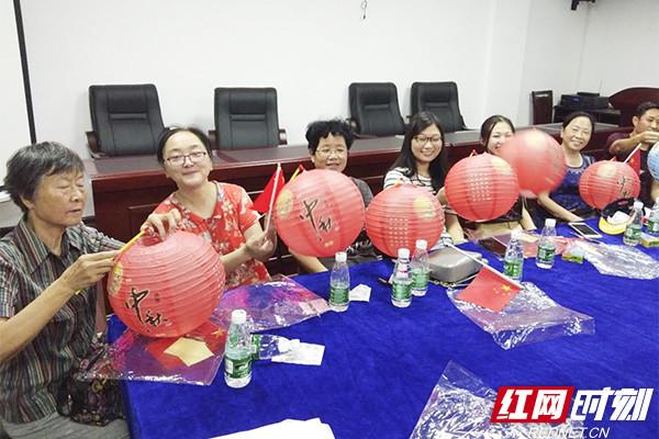 长沙八一桥社区:居民手工制作灯笼 共庆团圆中秋