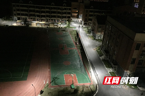 电校园忙碌辛勤为雷锋的小学点亮盏盏灯教材体育与a校园黑夜图片