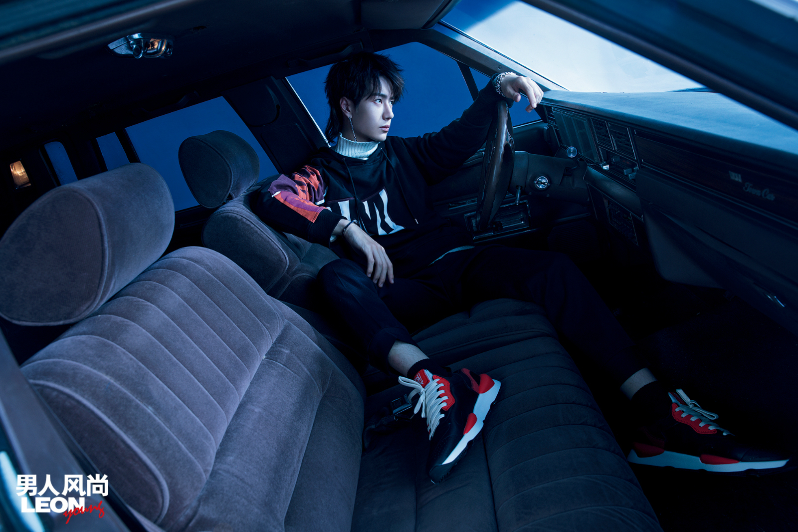 王一博登时尚杂志封面 冲出预设玩转未来感_娱乐频道_亚博
