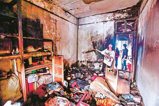 图为:6楼居民家中烧毁严重