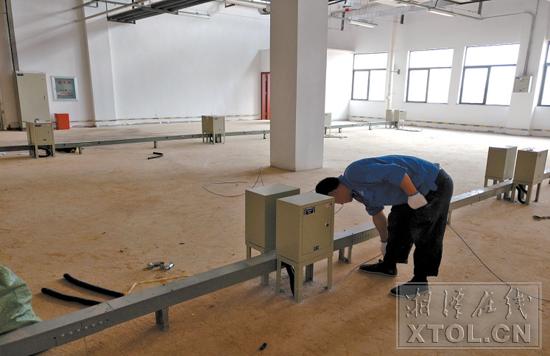 湘潭高新区时变半导体项目,技术人员正在安装、检查二次配电线路。